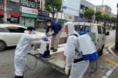 22일 신천지자원봉사단 충북지부가 코로나19 확산 방지를 위한 방역 소독 봉사를 하고 있다.(1).jpg
